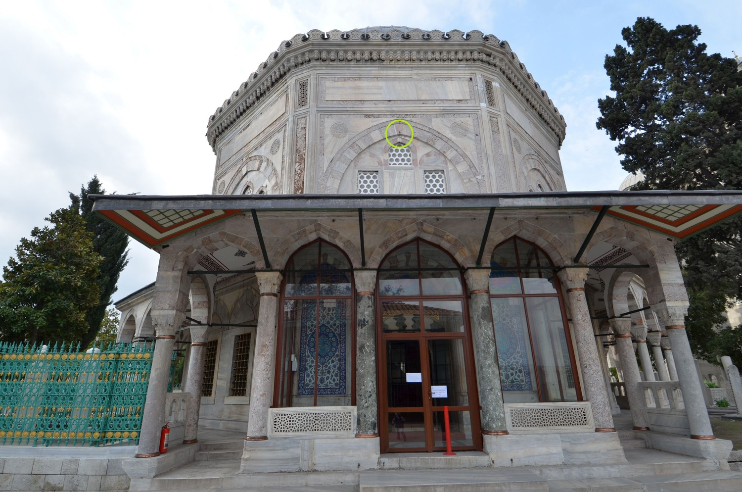 Mausoleum of Sultan Suleyman the Magnificent in Istanbul with the marked location of the Black Stone fragment
