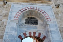 Üç Şerefeli Mosque - entrance to the courtyard
