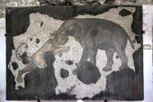 Słoń walczący z lwem