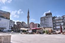 Kościół Myrelaion - Meczet Bodrum w otoczeniu chaotycznej współczesnej zabudowy Stambułu